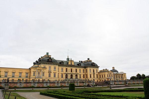 Das Schloss ist der Wohnsitz des schwedischen Königspaares, es wurde bereits im 17. Jhdt. in Anlehnung an Schloss Versailles erbaut.