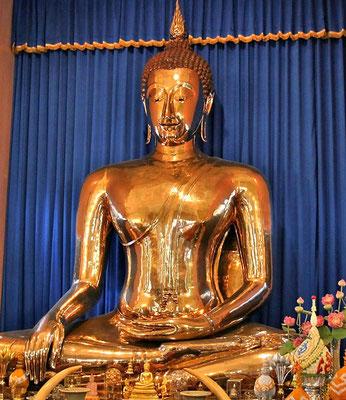 Der Goldene Buddha im Tempel von Wat Traimit: : mehr als 3 m hoch und 5,5 t pures Gold, Die Statue wurde vor über 700 Jahren gefertigt und befand sich dann wahrscheinlich im Wat Mahathat in Sukhothai, der Hauptstadt des Königreichs Sukhothai