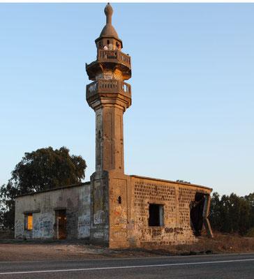 Am 24.10.1973 vermittelte die UNO einen Waffenstillstand, die Relikte des Krieges, wie diese zerschossene Moschee, sind jedoch bis heute sichtbar.
