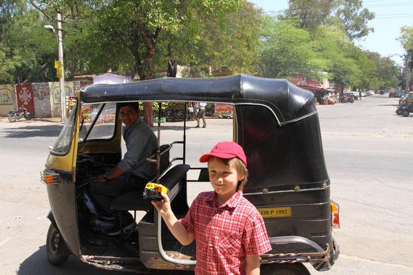Großes Tuktuk trifft kleines Tuktuk
