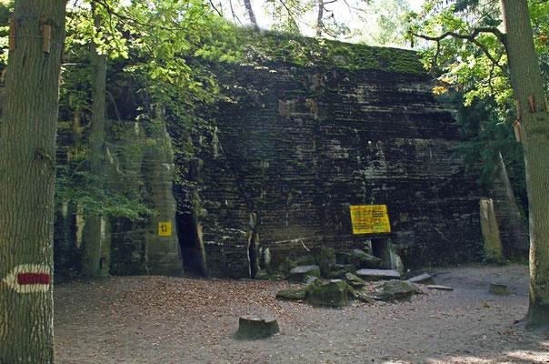 7m unzerstörbare Wand- und Deckenstärke - Hitler befand sich im Bunker Nr. 13 der spartanisch ausgelegten Anlage, im streng gesicherten Sperrkreis 1. Dort hielten sich neben den Kommandeuren der Wehrmacht auch hochrangige Vertreter der NSDAP auf.