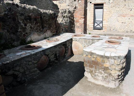 Im Thermopolium wurden Getränke und warme Speisen serviert, die in großen Krügen aufbewahrt wurden.