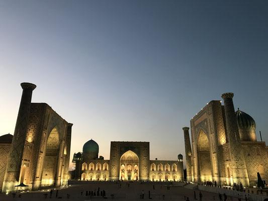 Der betörend schöne Anblick des allabendlich beleuchteten Registan ist allein für sich die Reise wert gewesen-in ein Land mit sehr netten Menschen und beeindruckenden Sehenswürdigkeiten.