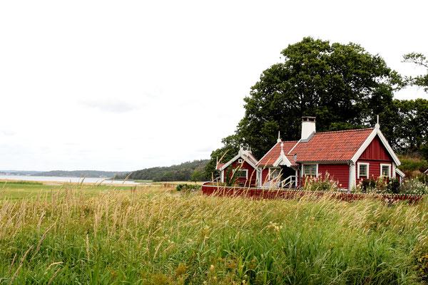 Die durch einen hohen Kupferanteil rote Farbe der schwedischen Holzhäuser fügt sich sehr harmonisch in die Landschaften.