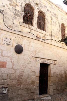 Kleine Franziskanerkapelle an der Simon Jesus hilft, das Kreuz zu tragen