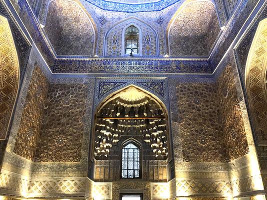 Die prächtige Innenausstattung des Grabmals besteht aus Onyxplatten, bei der Bemalung der Wände und der Kuppel wurde Gold verwendet.