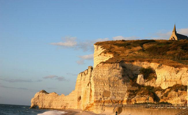 Blick vom Strand auf die Felsen von Amont mit der kleinen Seefahrerkapelle