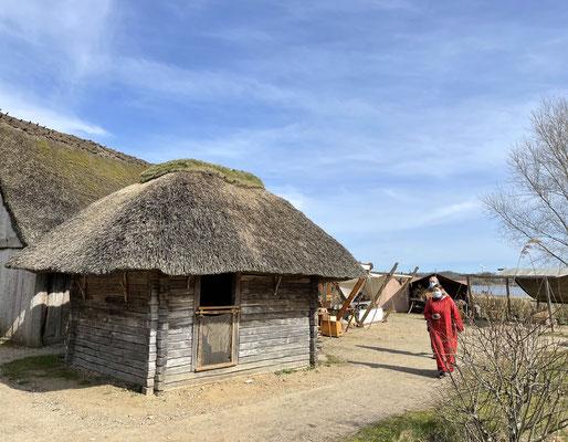 Dazu gehört auch das Haus des Fischers mit Räucherofen. Das kleine Blockhaus bestand aus Eichenbalken, die mühsam zurechtgehauen werden mussten