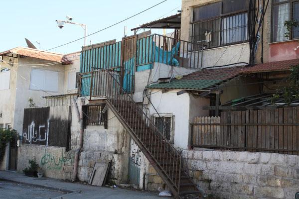 Trotzdem wurden wie in diesen eigentlich abbruchreifen Häusern die Palästinenser, die in Jerusalem geboren wurden und noch einen besonderen Status besitzen vertrieben und amerikanische Juden einquartiert.