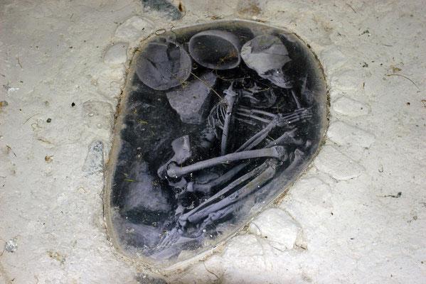Die in mehreren Häusern vorgefundenen Skelette waren mit einem großen Stein beschwert. Offenbar fürchteten die Lebenden eine Rückkehr der Toten.