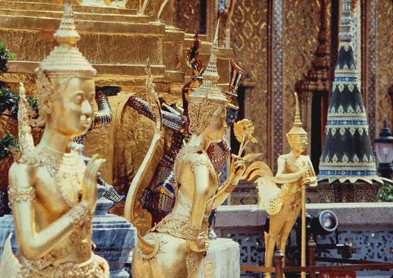 Vergoldete Statuen mythologischer Wesen des Himaphan-Waldes auf der Oberen Terrasse