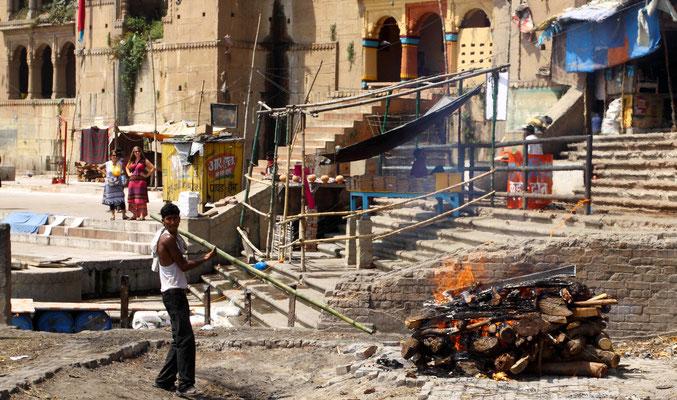 Hier am Manikarnika Ghat, dem Hauptverbrennungsplatz, werden 200 bis 300 Leichen täglich verbrannt. Drei Scheiterhaufen sind rund um die Uhr in Betrieb. Die Asche -so gut es geht- wird nach der Verbrennung dem Ganges übergeben.