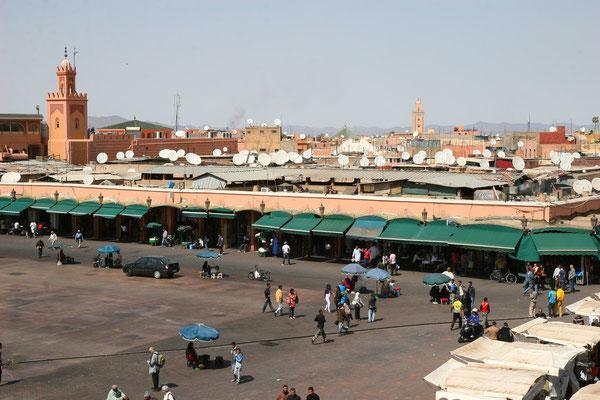 Place Jemaa el-Fna war ursprünglich der Platz der Geköpften, heute für Darbietungen aller Art