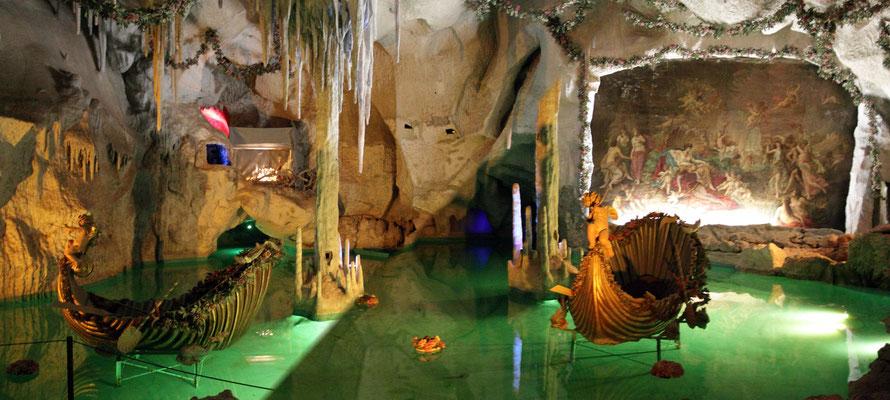 Schlosseigene Grotte mit schönen Lichtimpressionen