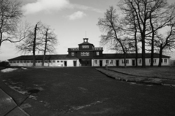 Auf dem Ettersberg bei Weimar bestand von 1937 bis 1945 das Konzentrationslager Buchenwald, in dem über 250 000 Menschen aus fast 50 Nationen inhaftiert waren, im August 1945 wurde das Gelände von der Sowjetarmee befreit