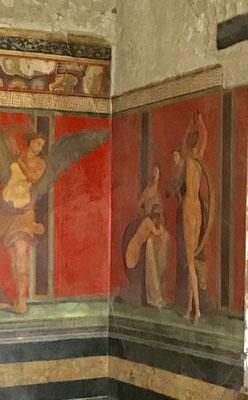 In der Ecke sieht man die rituelle Geißelung eines Mädchens. Es sind die besterhaltenen Malereien der Antike !