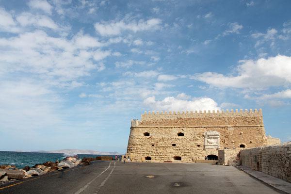 Die Festung Koules-die imposante venezianische Hafenfestung  von 1523 schützte Heraklion über 500 Jahre lang vor Angreifern und ist heute ein markantes Wahrzeichen der Stadt.