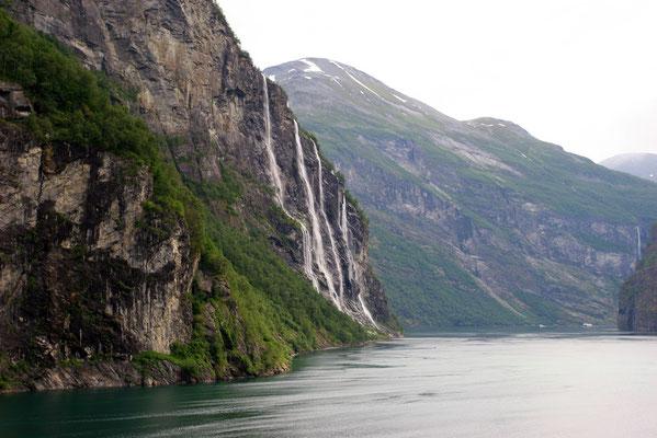 vorbei an den 7 Schwestern: parallel verlaufende Wasserfälle