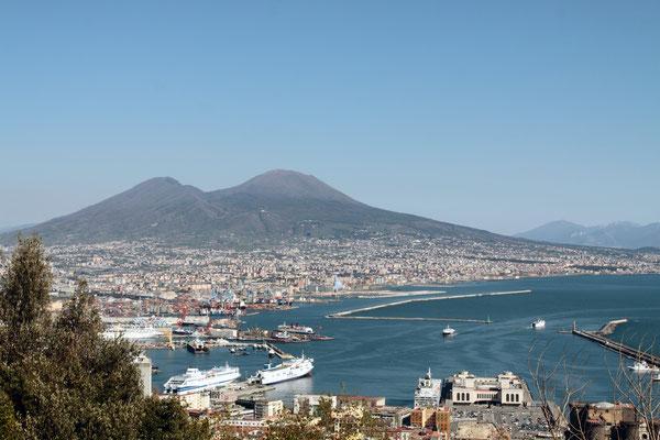 Neapel oder Napoli ist mit 3 Mio. Einwohnern (2018) die drittgrößte Stadt Italiens.  Am Golf von Neapel gelegen befindet sie sich unweit des noch immer aktiven Vulkans Vesuv, durch den die nahe Römerstadt Pompeji verschüttet wurde.