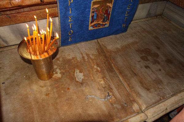 Die Reste der Grabbank werden von einer Marmorplatte bedeckt. Die Grabeskirche wurde im Jahr 1009 auf Befehl des Kalifen al- Hakim zerstört. Insbesondere wurde dabei das zu diesem Zeitpunkt noch weitgehend intakte Felsengrab abgebrochen.