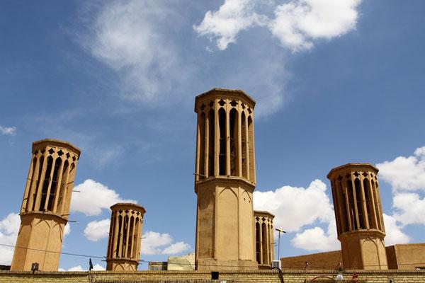In der Wüste liegt in 1200 m Höhe die Provinzhauptstadt Yadz mit ihren zahlreichen Windtürmen und charakteristischer Wüstenarchitektur.