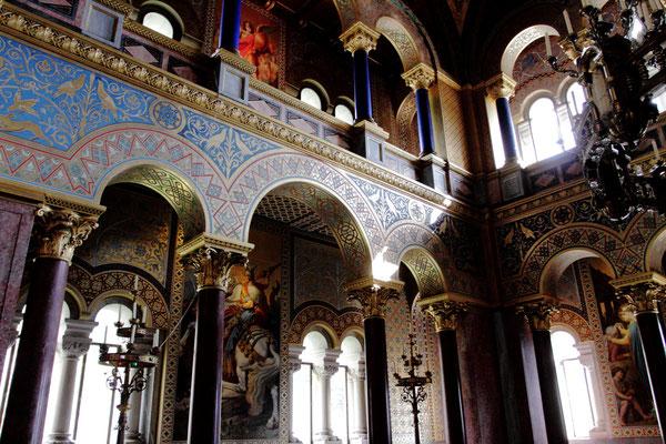 Anders als im Schloß Linderhof sind die Räume sehr dunkel gehalten entsprechend der zurückgezogenen Lebensart Ludwigs II.