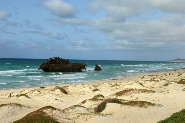 """Am Strandstück der Costa de Boa Esperanca im Nordwesten liegt seit 1988 das Wrack der """"Cabo de Santa Maria"""""""