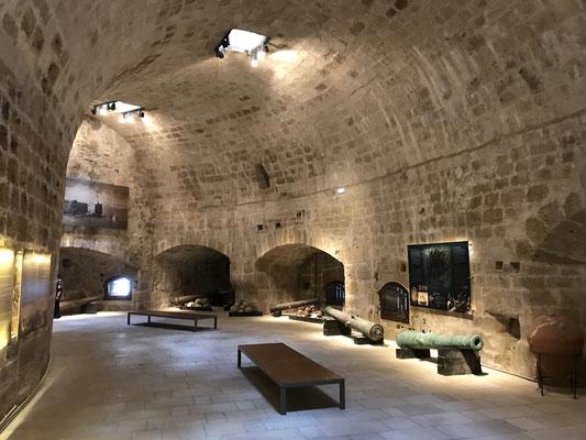 Tritt man in das Gebäude kann man 26 Räume der Festung besichtigen, wo einst die Soldaten untergebracht waren und die Waffen- und Munitionsdepots für die Geschütze.