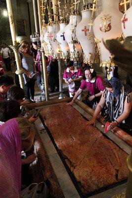 Auf dem Salbungsstein wurde der Leichnam Jesu gebettet und gesalbt.