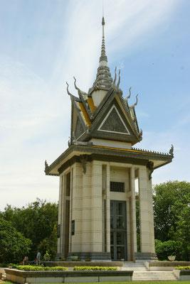 Im Glasturm dieses Gedenkstupas sind die gefundenen Knochen untergebracht