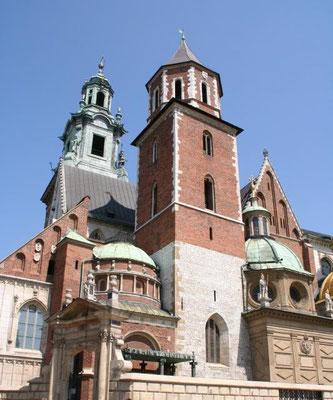In der fast Tausend Jahre alten Kathedrale wurden die polnischen Könige gekrönt und zu Grabe getragen. Im Laufe der Zeit wurde sie auch zur Grablege für polnische Helden, Dichter und Heilige.