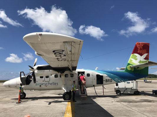 Mit dem kleinen Inselhopper geht es über den Flughafen in Praslin weiter mit der Fähre nach La Digue