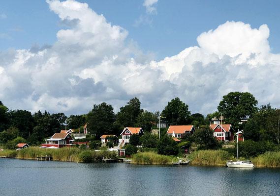 Die Kolonie wurde 1923 gegründet und besteht aus 45 kleinen Häuschen mit Gärten. Keine der Hütten darf größer als 32 qm sein und die Regel in Brändaholm besagt, dass alle Häuschen in Größe und Stil ähnlich sein müssen, sie sind heiß begehrt und sehr teuer