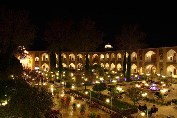 Die Abbasi-Karawanserei , heutiges Luxushotel, war früher der einzige Eingang zu den Gärten und Palastanlagen
