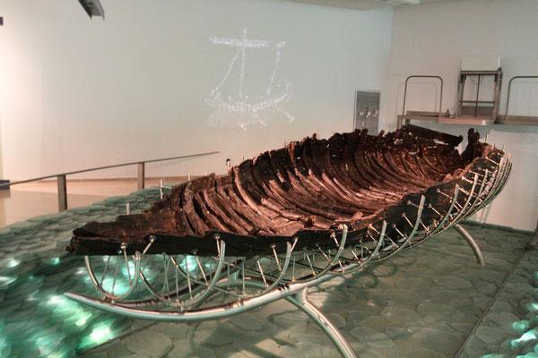 Der Originalfund eines 2000 Jahre alten Fischerbootes in Galilea im See Genezareth. Vielleicht wurde es von Jesus und seinen Jüngern benutzt. Die Konservierung des Bootes dauerte 14 Jahre, um es unter Museumsbedingungen ausstellen zu können.