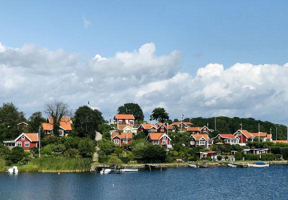 Brändaholm wird oft als Schwedens schönste Schrebergartensiedlung bezeichnet und wird als Verkörperung einer typisch schwedisch Idylle sehr oft als Motiv für Ansichtskarten verwendet.  Sie befindet sich auf  der Insel Dragsö, 3 km vom Zentrum Karlskronas.