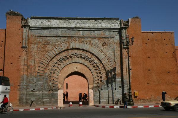 Das Stadttor Bab ar-Rob erinnert auf den ersten Blick an eine Gefängnismauer. Acht Meter hoch, entzieht sie unerwünschten Blicken alles, was auf der andern Seite geschieht.