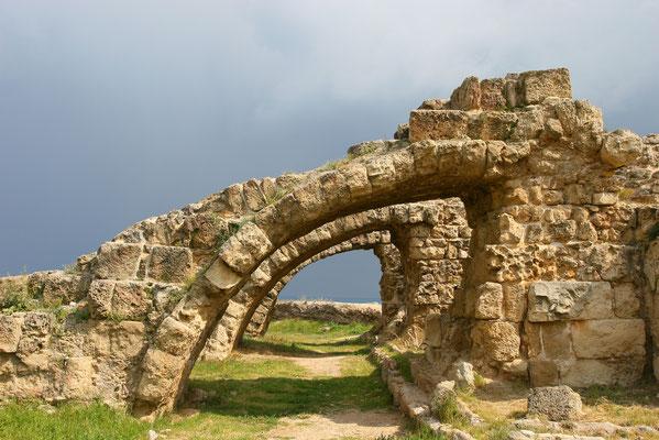 Der mythische Gründer von Salamis war Teukros, Sohn des Telamon, des Königs der gleichnamigen griechischen Insel Salamis. Er soll nach der Zerstörung Trojas auf Zypern gelandet sein.
