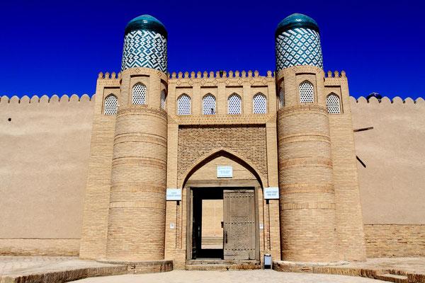 Unweit des Kalta Minor gelangt man zur Kunja Ark, der Zitadell aus dem 17. Jhdt. Als alte Festung diente sie als Residenz der Chane. Die Wehrhaftigkeit wurde durch die beiden Türme bestärkt.