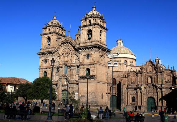 Cuzco, einst das Herz des Inka-Reichs und heute eine der wichtigsten Touristenattraktionen Perus. Die charmante Kolonialstadt auf immerhin 3.416 Metern Höhe muss man gesehen haben, ist sie auch Ausgangspunkt für die Weiterreise nach Machu Picchu.