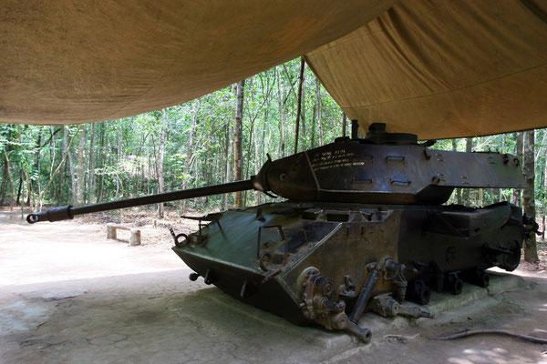 Am Eingangsbereich reckt ein rostiger Panzer drohend das Rohr