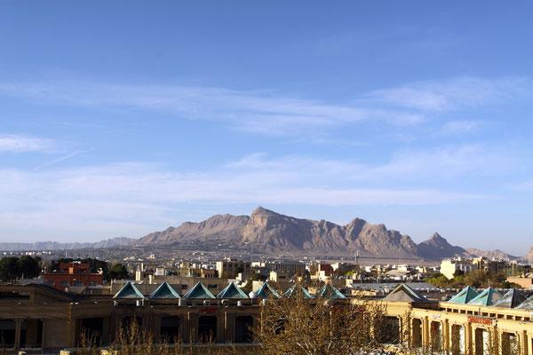 Die 2-Millionenstadt liegt am Rand des Zagros-Gebirges im Westen, das zusammen mit dem Elburz-Gebirge im Osten den Iran wie eine Zange umschließt.