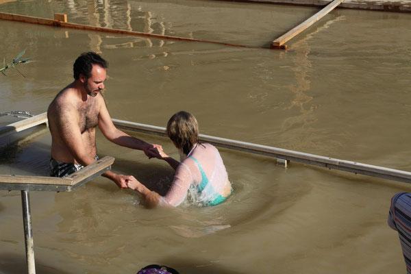 Ein baptistischer Mönch beim Taufritual einer Anhängerin