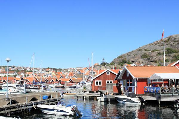 Die Schweden urlauben gerne im eigenen Land, ein kleines Ferienhaus mit eigenem Bootsanleger, macht die kleinen Orte wie hier Hunnebostrand in der Saison zu lebhaften Urlaubsdomizilen.