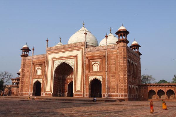 Zwei Moscheen flankieren das Grabmal, wobei eine nur der symmetrischen Anordnung dient.