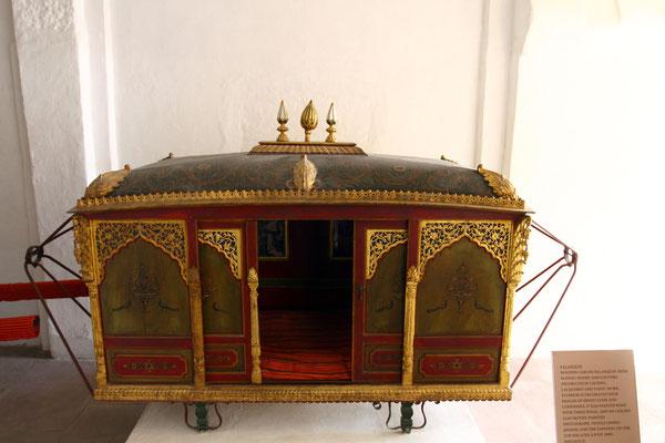 Der Hauptteil des Palastes ist heute ein Museum mit einer vielfältigen Sammlung aus der Zeit der Maharanas, wie hier die Transportthrone für die Elefanten