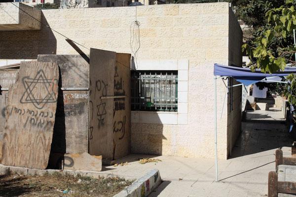 Dieses einst im Eigentum von Palästinensern befindliche Haus wurde von der israelischen Verwaltung in der Mitte geteilt zwecks Ansiedlung von Juden aus dem Ausland in der vorderen Haushälfte.
