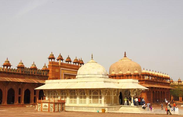 """Fatehpur Sikri, die """"Stadt des Sieges"""", nannte der Großmogul das Ensemble, das damals im Jahr 1571 wie eine Stadt aus Tausendundeine Nacht in der kargen Ebene aufragte."""