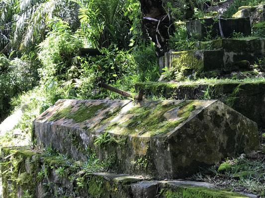 Im größten Grab mit 2,20 m ist ein wahrhaftiger Riese bestattet, die Inschriften sind auf den meisten Grabsteinen unleserlich und nur noch als Fragmente vorhanden, als älteste kulturelle Stätte wurde die Anlage 1984 zum Nationalmonument erklärt.