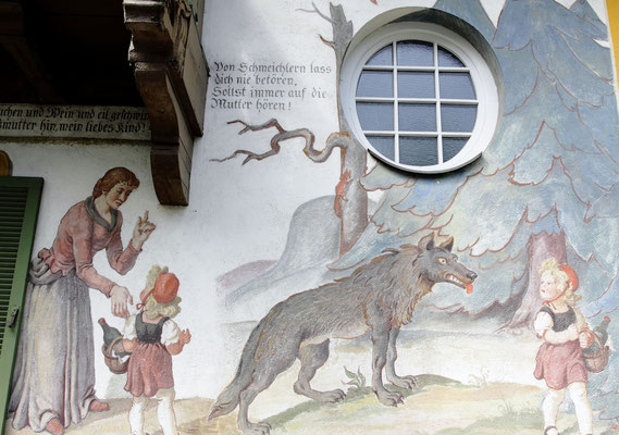 Märchenthemen an Häuserfassaden